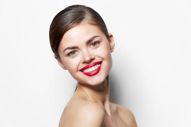 Bella donna sorriso labbra per primo piano trucco luminoso procedura di cura della pelle