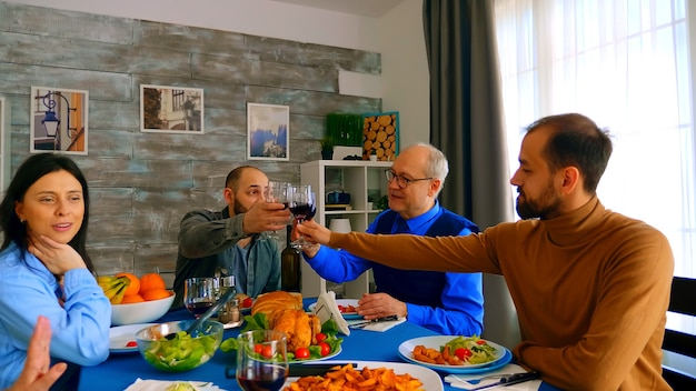 Bella donna che sorride mentre cena con la sua famiglia. cibo delizioso.