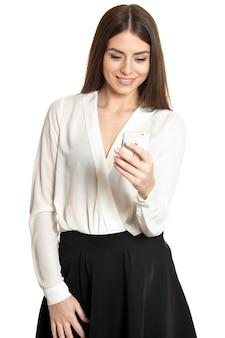 Bella donna che parla al telefono cellulare isolato su sfondo bianco