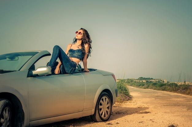 Bella donna in un'auto sportiva