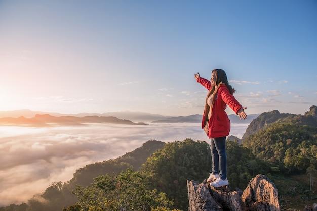 Una bella donna in piedi su una montagna a phu pha mok ban jabo nella provincia di mae hong son, thailandia.