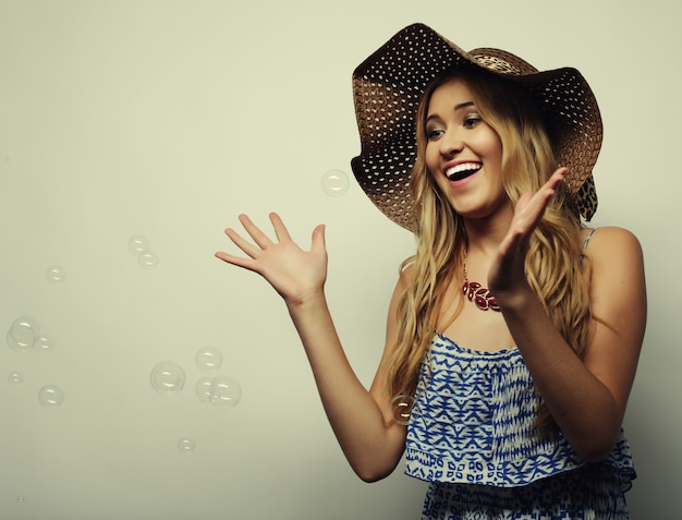 Bella donna in cappello estivo di paglia