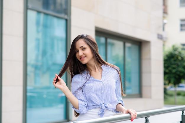 Bella donna sulla strada sorridente
