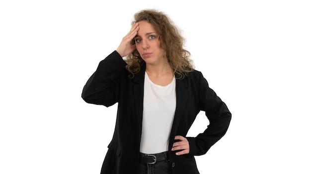 Bella donna in vestito con la mano sulla testa che mostra gesto di preoccupazione o rabbia. isolato su sfondo bianco.