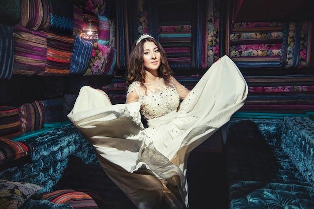 Bella donna sultana vestito gioielli tiara in stile orientale e l'interno