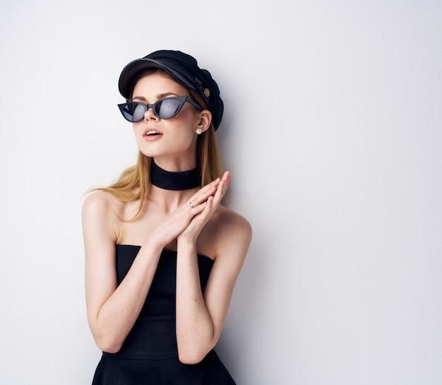 Bella donna occhiali da sole moda gioielli berretto nero modello. foto di alta qualità