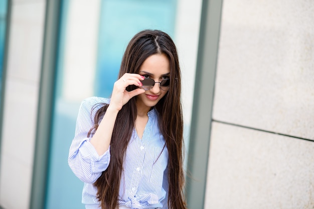 Bella donna in occhiali da sole