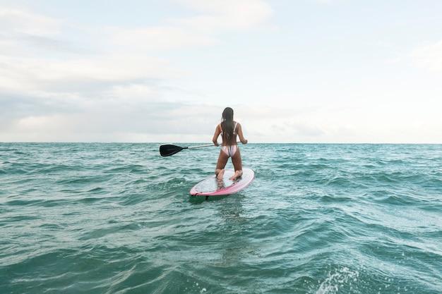 Bella donna che fa surf alle hawaii