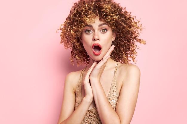 Bella donna sorpresa a bocca spalancata emozioni fascino sfondo rosa