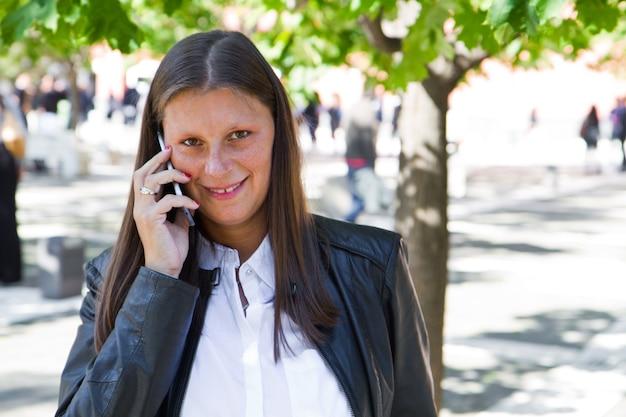 Bella donna che parla sul telefono cellulare