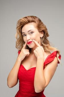 Bella donna che tocca le sue labbra. concetto di chirurgia.