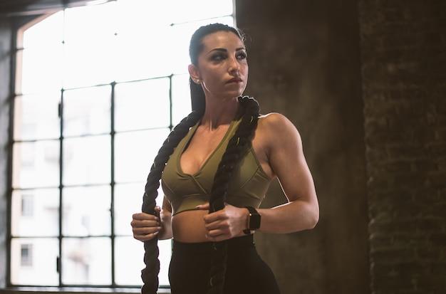 Bella donna che si allena e fa un allenamento funzionale in palestra