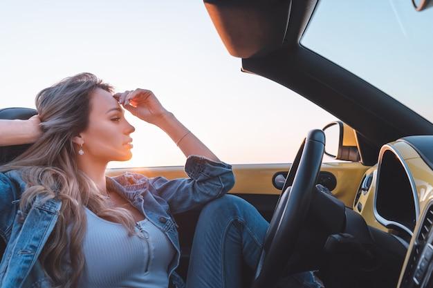 La bella donna viaggia in cabriolet