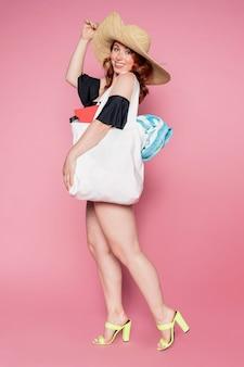 Bella donna che usa una borsa a tracolla