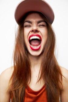 Bella donna che indossa un berretto e urlando isolato