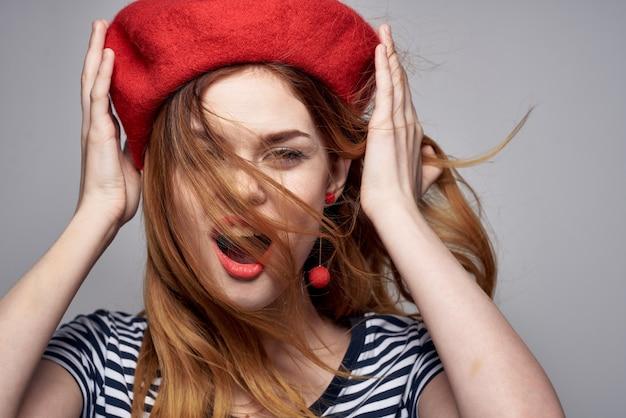 Bella donna che indossa un cappello rosso trucco francia europa moda posa aria fresca