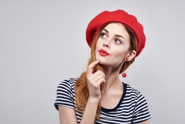 Bella donna che indossa un cappello rosso trucco francia europa moda posa sfondo isolato