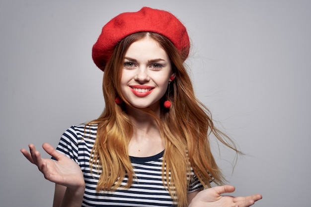 Bella donna che indossa un cappello rosso trucco francia europa moda in posa estate. foto di alta qualità