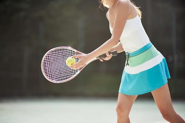 Una bella donna che indossa una pallina da tennis sportswear.