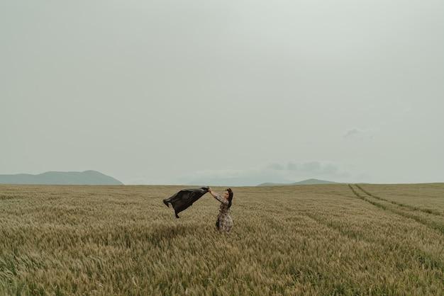 Giorno ventoso dei bei campi di frumento della donna