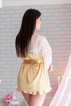 Bella donna in abito boudoir di pizzo bianco