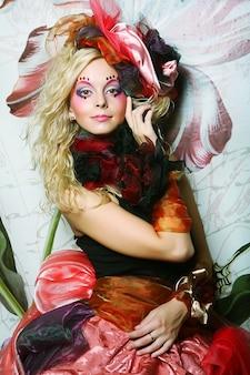 Bella donna con trucco artistico. stile principessa.