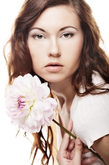 Bella donna con grandi fiori rosa