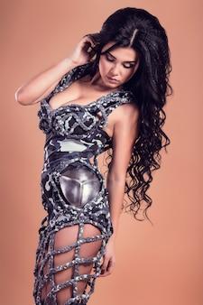 Bella donna con i capelli biondi in abbigliamento militare moda