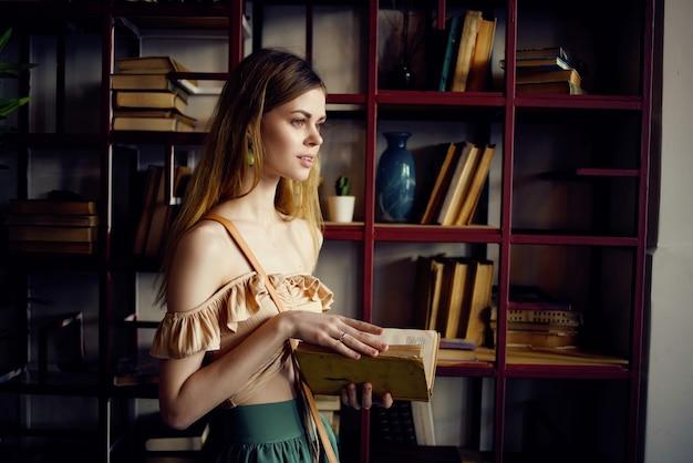 Bella donna con un libro nelle mani di un caffè ricreativo