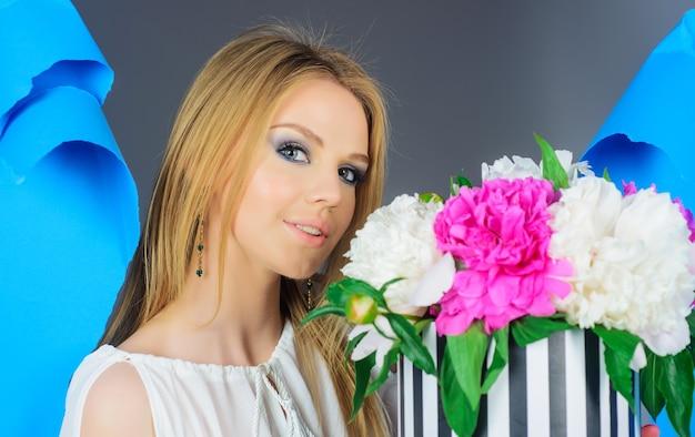 Bella donna con bouquet di fiori di peonia. vacanze. san valentino. festa della donna.