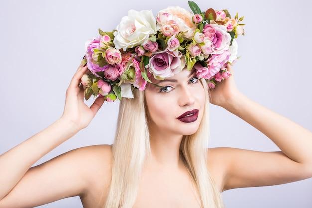Una bella donna con una corona di fiori
