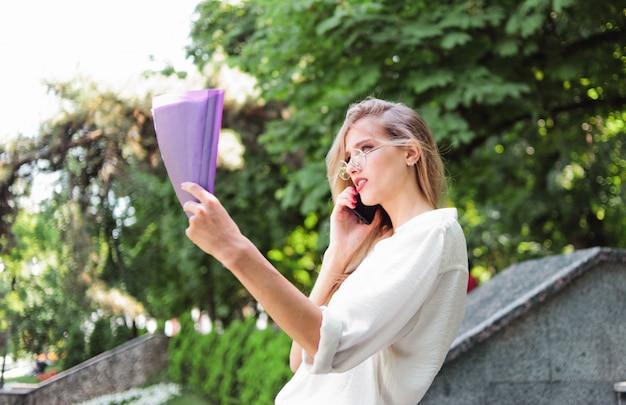 Bella donna con gli occhiali e una cartella
