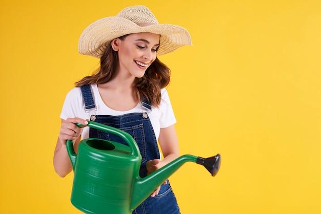 Bella donna con acqua verde può nella foto in studio
