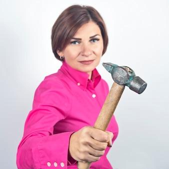 Bella donna con un martello in mano