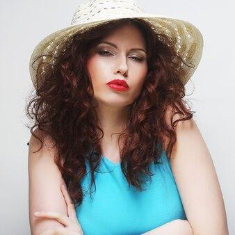 Bella donna con cappello, tempo felice