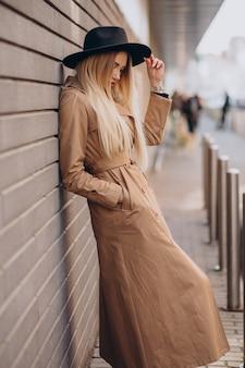 Bella donna con lunghi capelli biondi in viaggio