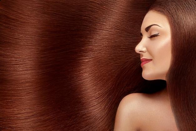 Bella donna con lussuosi capelli lunghi