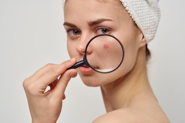 Bella donna con una lente d'ingrandimento nel trattamento di igiene delle mani