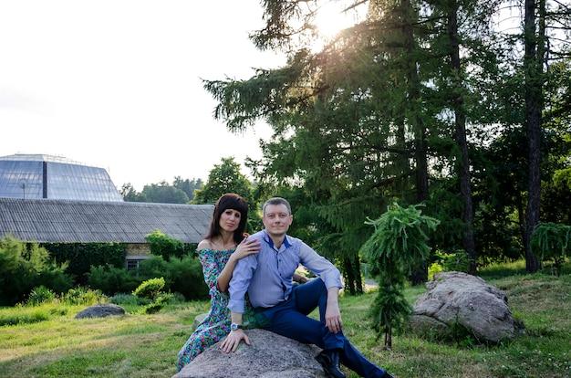 Bella donna con un uomo nel parco