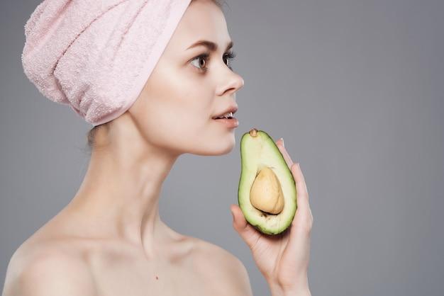 La bella donna con le vitamine di cura della pelle del corpo nudo ha isolato il fondo