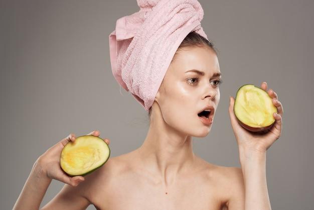 Bella donna con spalle nude che tengono mango