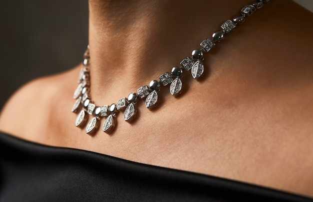Bella donna con collana, bellezza e accessori. collana di diamanti sul collo di una donna, primo piano