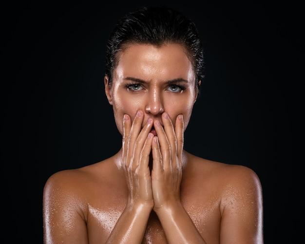 Bella donna con pelle grassa e bagnata