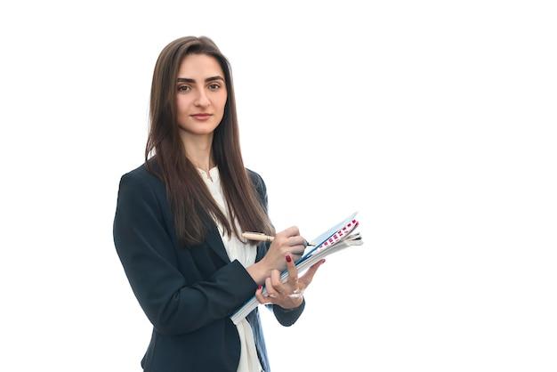 Bella donna con penna e libro isolato su bianco