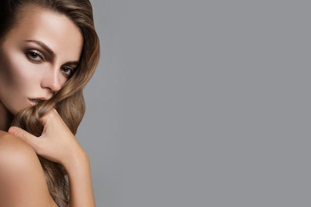 Bella donna con una pelle perfetta ritratto in studio di bellezza