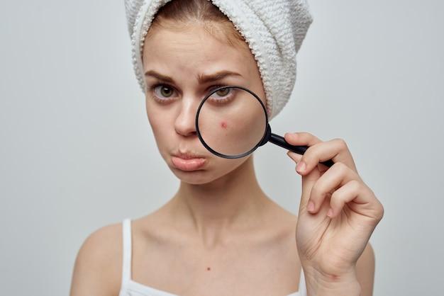 Bella donna con un brufolo sul primo piano di problemi della pelle del viso
