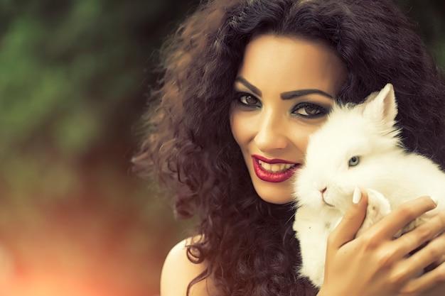 Bella donna con coniglio