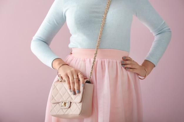 Bella donna con borsa alla moda e gioielli