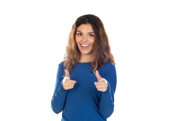 Bella donna con capelli ondulati isolato su uno sfondo bianco Foto Premium