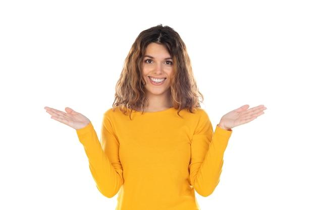 Bella donna con capelli ondulati isolato su uno sfondo bianco